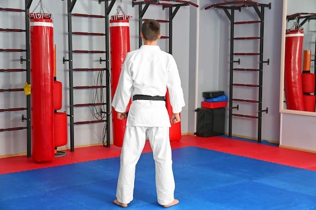 Istruttore di karate maschio nel dojo