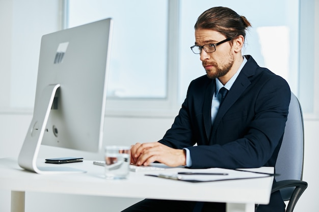 Manager maschio alla scrivania con gli occhiali dirigente di lavoro
