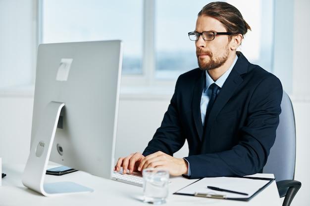 Il manager maschio alla scrivania con gli occhiali lavora un dirigente
