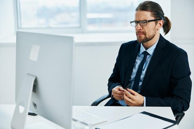 Manager maschio alla scrivania con tecnologie di lavoro occhiali