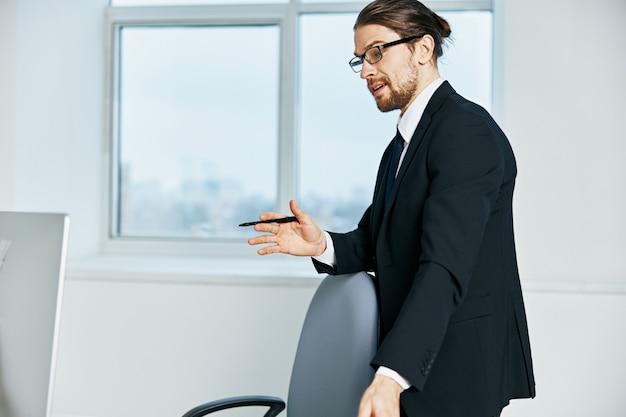Manager di sesso maschile in abito da lavoro in ufficio tecnologie telefoniche