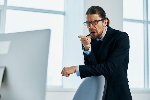 Capo del lavoro di un manager maschio con gli occhiali fiducia in se stesso