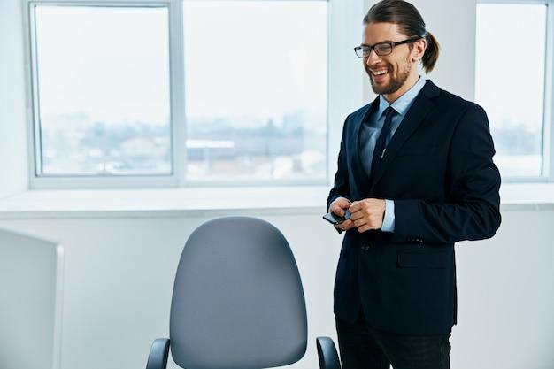 Manager maschio con occhiali fiducia in se stessi dirigente del lavoro