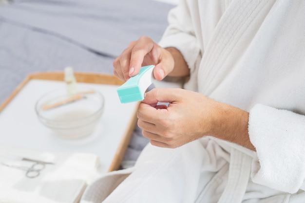 Manicure maschile. primo piano di una lima per unghie utilizzata per fare manicure maschile