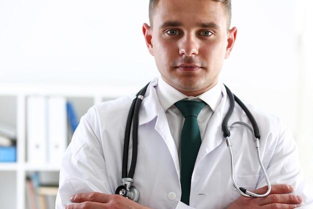 Mani di medico di medicina maschile incrociate sul petto in ufficio. negozio medico, prevenzione delle malattie fisiche e del paziente, corpo consulente er, 911, professione, misurazione del polso, concetto di stile di vita sano