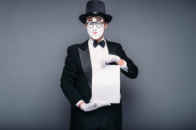 Attore mimo maschio con foglio di carta vuoto