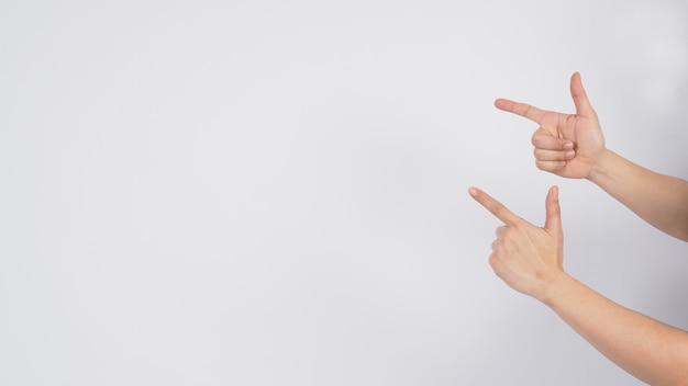Il modello maschile è puntare il dito con la mano su sfondo bianco.