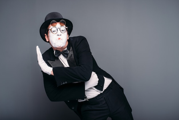 Attore maschio pantomima divertente esecuzione