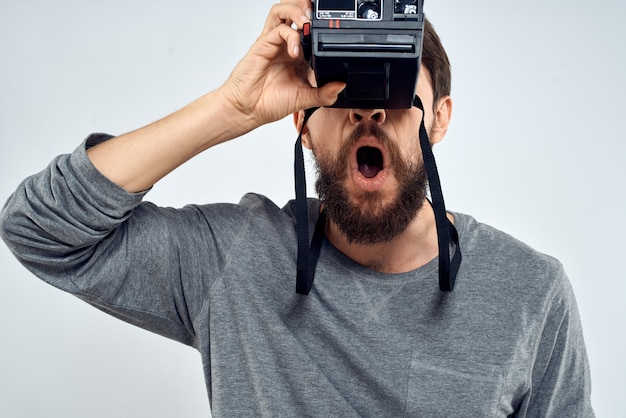 Il fotografo maschio ha sorpreso la luce della macchina fotografica fotografica di espressione facciale