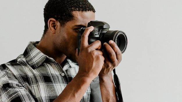 Fotografo maschio che scatta una foto