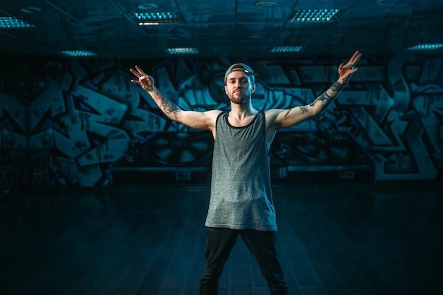 Rapper maschio in studio di danza, stile di vita alla moda