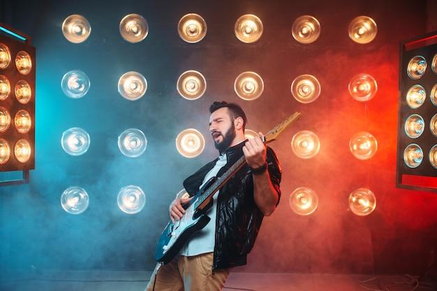 Musicista solista maschio con chitarra elettrica