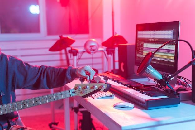 Produttore di suono maschio che lavora in studio di registrazione.