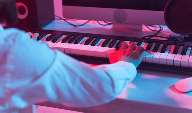 Produttore di suono maschio che lavora in studio di registrazione
