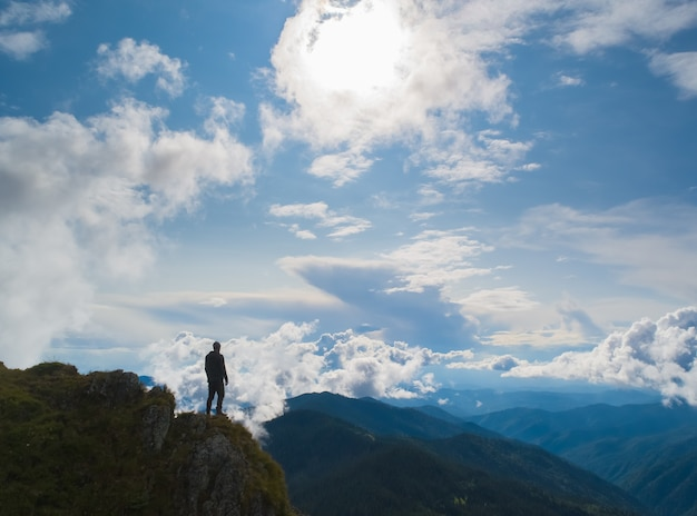 Il maschio in piedi sulla bellissima montagna