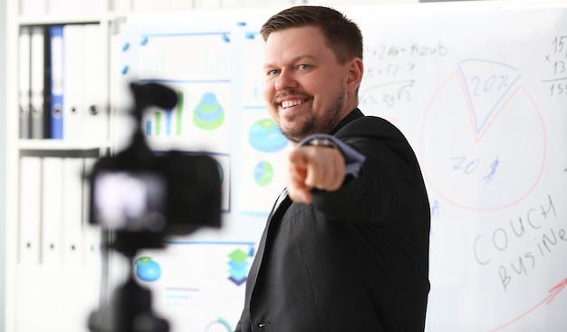 Uomo in giacca e cravatta mostra il grafico delle statistiche