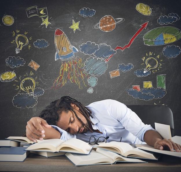 Insegnante maschio che dorme nella classe di astronomia