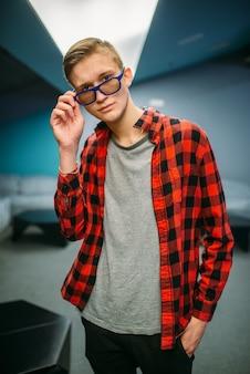 Adolescente maschio nella sala del cinema prima dello spettacolo