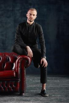 Adolescente maschio, uomo d'affari moderno in abiti casual, una nuova ondata nel mondo degli affari