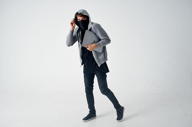 Ladro maschio penetrazione segreta negozio furto bullo hacker criminale