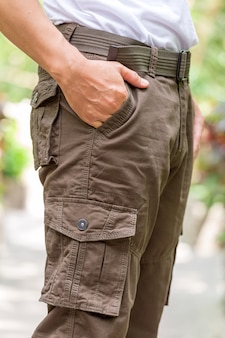 Turista maschio nel parco. turismo e concetto di viaggio, pantaloni cargo