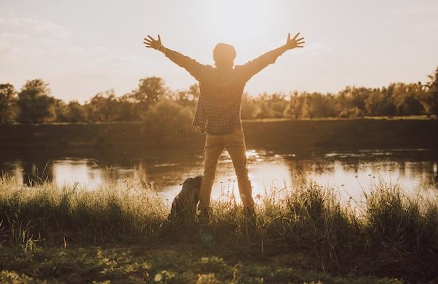 Viaggiatore maschio che allunga le braccia e gode della libertà