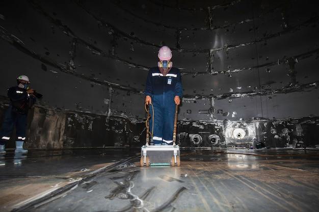 Serbatoio di scansione per ispezione di due lavoratori in acciaio inossidabile con piastra inferiore di spessore ruggine in confinato