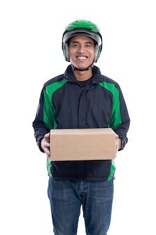 Pilota o autista uber maschio che consegna il pacco al cliente