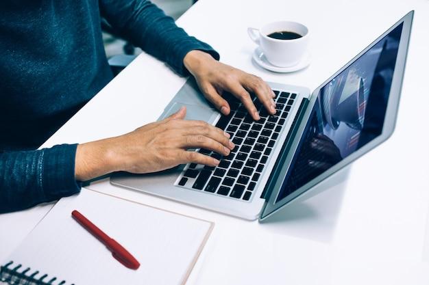 Maschio che utilizza il computer portatile in ufficio.concetti di stile di vita e organizzazione aziendale