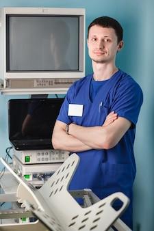 Veterinario maschio in sala operatoria