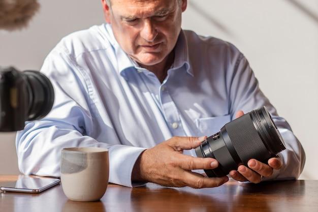Vlogger maschio che filma un tutorial