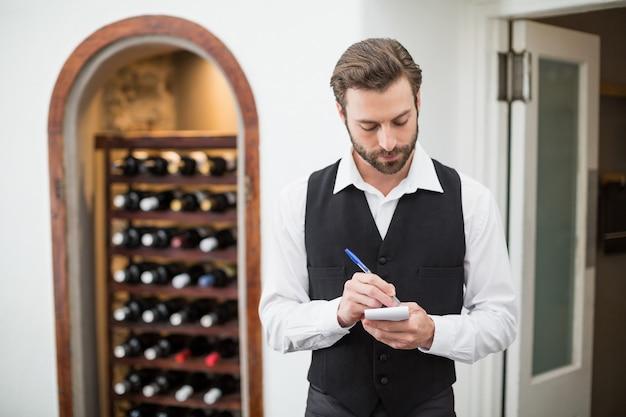 Cameriere maschio che prende giù l'ordine