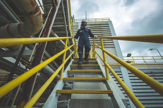 Maschio che cammina lungo la visuale di ispezione delle scale in fabbrica