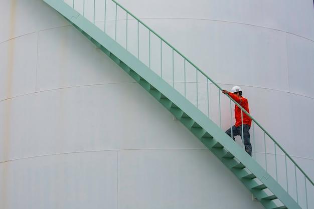 Maschio che cammina l'olio visivo del serbatoio di stoccaggio dell'ispezione delle scale