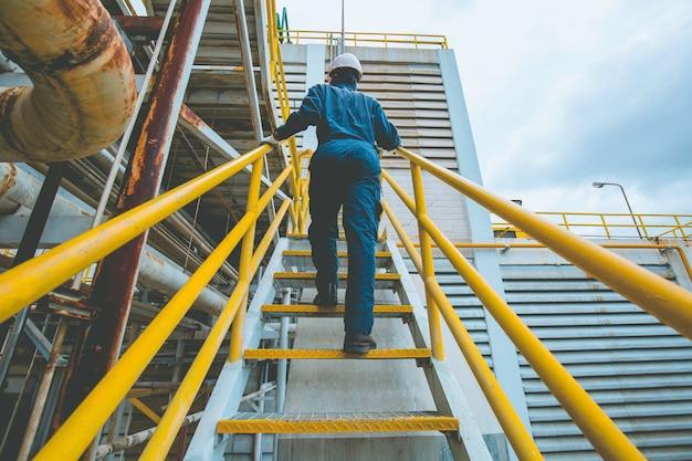 Maschio che sale la visuale di ispezione delle scale in fabbrica