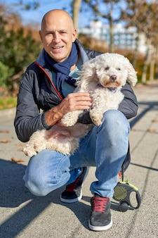 Parco della passeggiata del cane bianco maschio