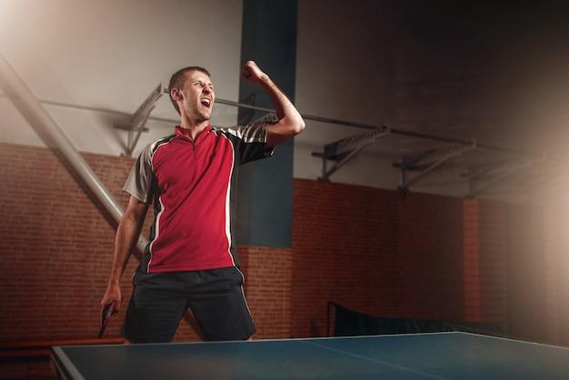 Vincitore maschile con racchetta, ping pong. Foto Premium