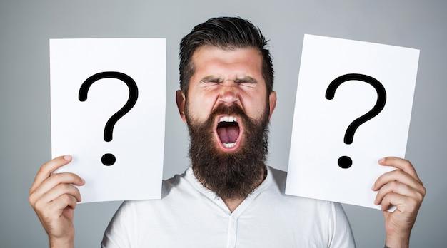 Maschio con grido di emozione, punti interrogativi.