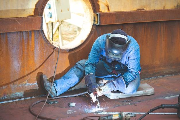 Saldatura a gas inerte (mig) di metallo da lavoro maschio o saldatura di acciai al carbonio di lamiere metalliche alla struttura. il processo può essere semiautomatico o automatico.