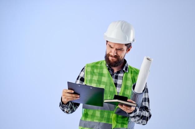 Fondo isolato professione di progettazione dei lavori di costruzione del lavoratore maschio. foto di alta qualità