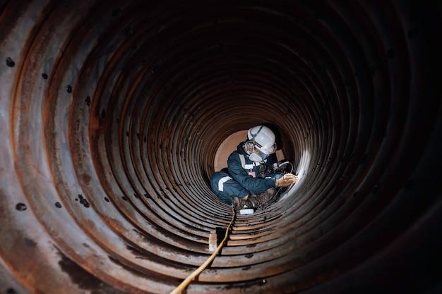 L'ispezione del lavoratore di sesso maschile ha misurato lo spessore circolare del tubo della serpentina dello spessore minimo di scansione della caldaia in uno spazio confinato pericoloso.