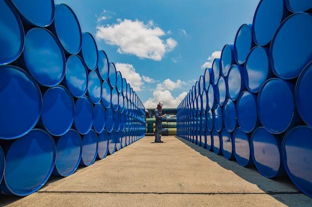 Barili di riserva di olio per fusti di registrazione di ispezione di lavoratori maschi blu orizzontali o prodotti chimici per l'industria