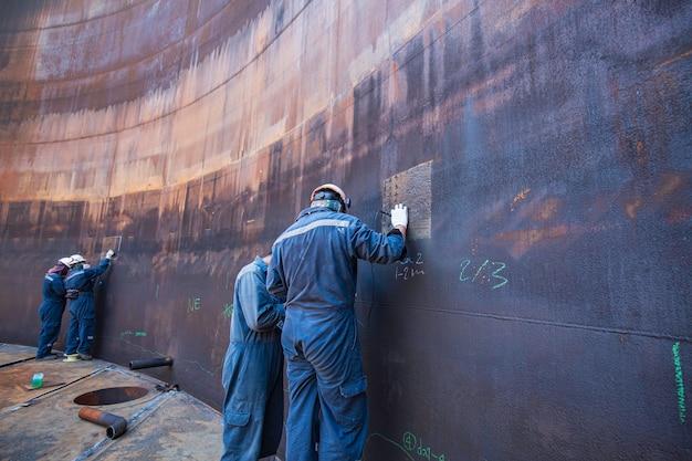 Ispezione del lavoratore di sesso maschile ad ultrasuoni di spessore del guscio di corrosione del piatto dell'olio del serbatoio di stoccaggio