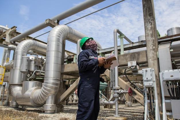 Petrolio e gas visivi dell'oleodotto di ispezione del lavoratore di sesso maschile Foto Premium