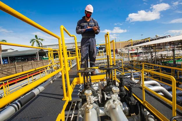 Petrolio e gas visivi dell'oleodotto di ispezione del lavoratore di sesso maschile
