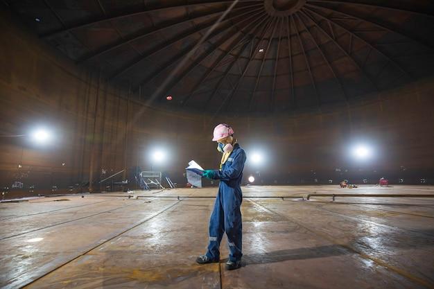 Saldatura in acciaio del fondo del serbatoio dell'olio di ispezione visiva del record visivo del lavoratore di sesso maschile con specifiche confinate interne di illuminazione spot