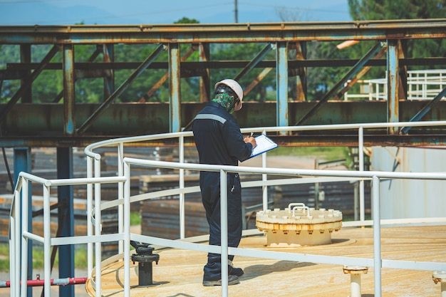 Serbatoio visivo di ispezione del lavoratore di sesso maschile e gas di petrolio della conduttura