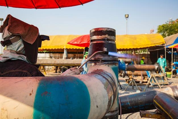 Preriscaldamento del lavoratore di sesso maschile consiste nel riscaldare il metallo di saldatura della tubazione nella sua interezza o solo la regione circostante la saldatura della tubazione a una specifica temperatura desiderata