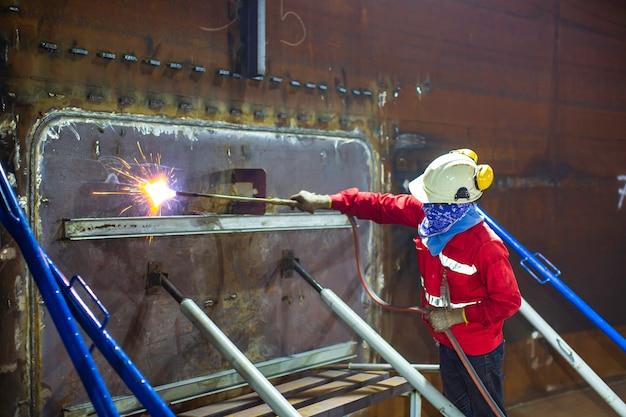 Preriscaldamento del lavoratore di sesso maschile consiste nel riscaldare il serbatoio di metallo della lamiera di rivestimento nella sua interezza o solo la regione circostante la lamiera di acciaio ad una specifica temperatura desiderata