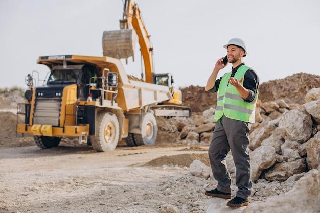 Operaio maschio con bulldozer nella cava di sabbia